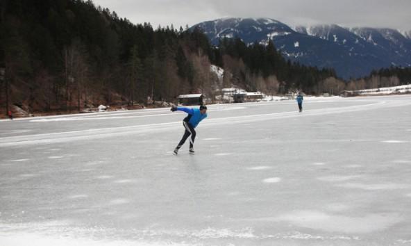 Die kühlen Temperaturen im Schatten haben dafür gesorgt, dass der Tristacher See bereits gefroren ist. Foto: Stadt Lienz