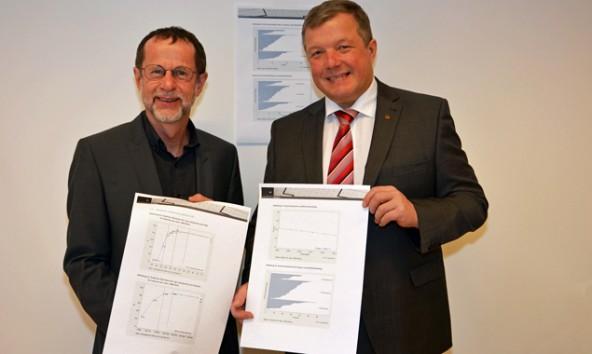 IET-Leiter Willi Oberaigner (li.) präsentiert Gesundheitslandesrat Tilg das neue Geburtenregister. Foto: Land Tirol/Sax