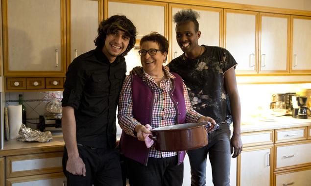 """""""Oma"""" ist die beste Köchin - da sind sich Khalid und Ashi äußerst einig. Fotos: Ramona Waldner"""