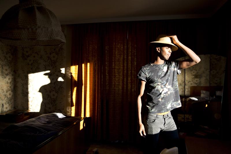 Khalid übt schon einmal die Gesten als Model ...