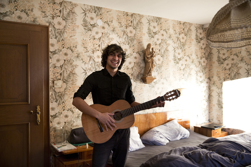 Ashi ist sehr dankbar für die kosenlosen Gitarrestunden, die er erhält.