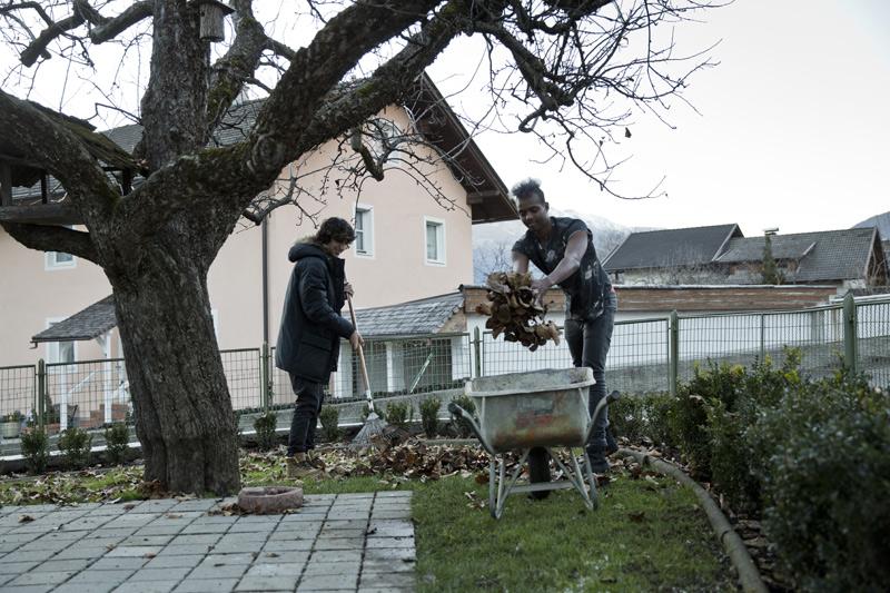Im Garten und im Haus mitzuhelfen gehört zu den ganz natürlichen Pflichten des Zusammenlebens.