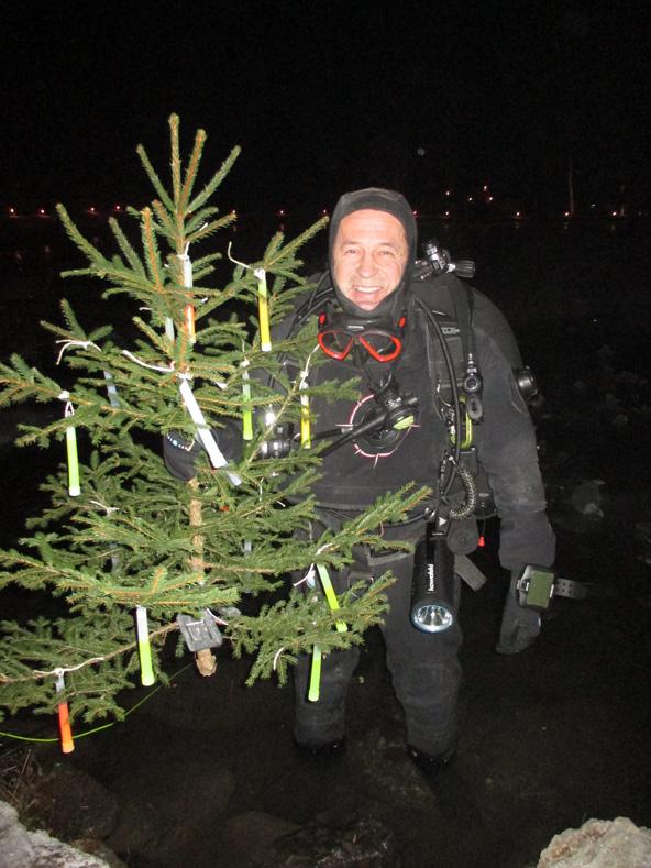 Der Taucher Hans Salcher mit dem Christbaum vor dem Tauchgang im Schlossteich. Fotos: ÖWR