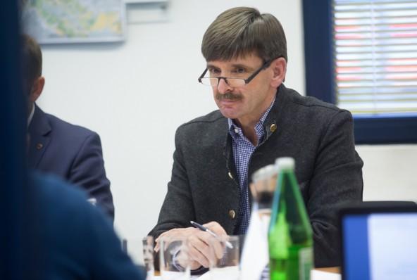 Virgens Bürgermeister Dietmar Ruggenthaler möchte lieber Energie sparen, anstatt sich nur auf Effizienzsteigerungen zu verlassen.