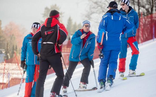 Rennleiter Siegfried Vergeiner erklärt den FIS-Experten die Lage. Fotos: Brunner Images