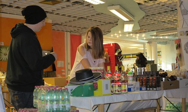 Die Jugendlichen helfen an mehreren Stellen, etwa beim Flohmarkt. Fotos: Petra Stranger/fwz-Osttirol