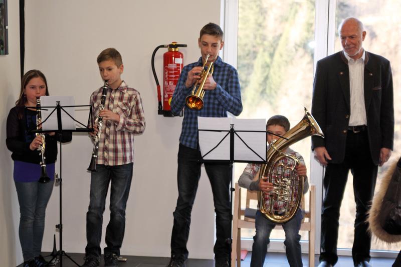 Schüler sorgten für musikalische Begleitung und Künstler Walter Gradnig genoss ihr Spiel sichtlich. Fotos: Gemeindeamt Kals