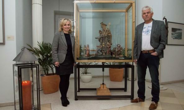 Bürgermeisterin Elisabeth Blanik und Josef Klaunzer, der Besitzer der Fuetsch-Krippe. Foto: Stadt Lienzer/Lenzer