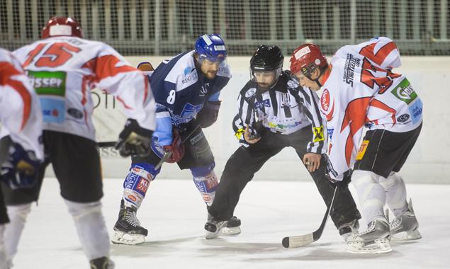 Nicht ganz einig waren sich bei dieser Partie Spieler und Schiedsrichter. Fotos: Brunner Images