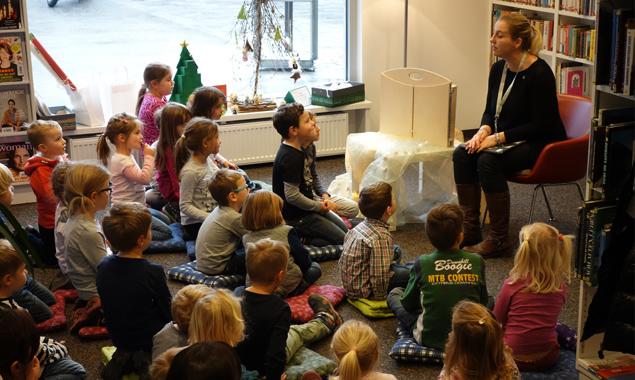 Aufmerksam hörten die Kinder den Erzählungen zu. Fotos: Stadtbücherei Lienz