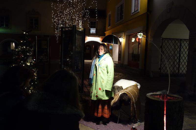 Frau Wolle erzählt ihre Märchen im Schaufenster und vor einem solchen. Fotos: Stadtbücherei Lienz