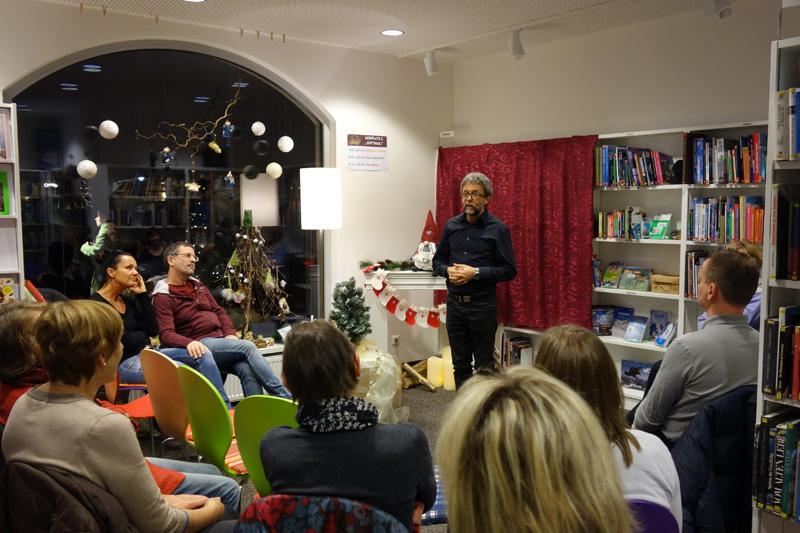 Märchenpädagoge Christian Stefaner erzählte und spielte die Märchen gleich vor.