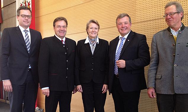 Von links Holger König, Geschäftsführer Liebherr-Hausgeräte Lienz, LH Günther Platter, UMIT-Rektorin Sabine Schindler, LR Bernhard Tilg, Michael Aichner, Obmann Wirtschaftskammer Lienz.