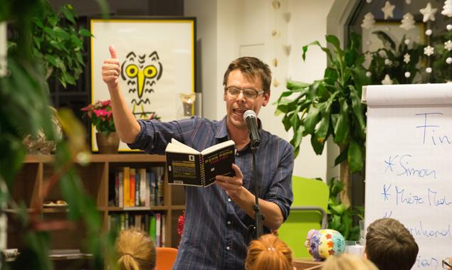 """Markus Köhle, der """"Vater"""" des österreichischen Poetry Slams, in seinem Element. Fotos: Jörg Schnell"""