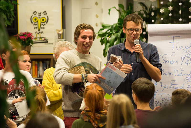 Bernhard Grüner, im Bild liinks neben Markus Köhle, gewann diesen Poetry Slam.