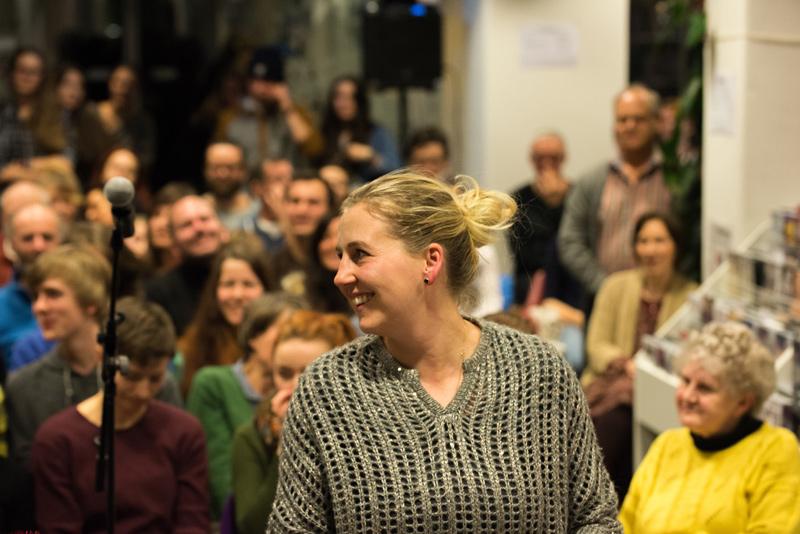 Büchereileiterin Anja Kofler freute sich über die Slammer, das zahlreich erscheinende Publikum und den Erfolg der Slam-Reihe.