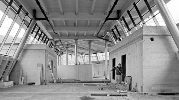 Im Jänner wird auf der Baustelle des Dolomitenbades planmäßig die Gleichenfeier stattfinden. Mit dem Bauwerk wächst allerdings auch der Schuldenberg der Stadt. Foto: Wolfgang C. Retter