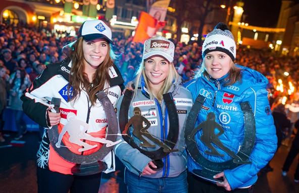 So sehen Siegerinnen aus. Von links: Tina Weirather (LIE, 2. Platz), Lara Gut (SUI, 1. Platz) und Viktoria Rebensburg (GER, 3. Platz). Foto: Expa/Gruber