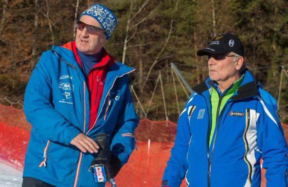"""Goran Bedrac (rechts) versichert dem Lienzer Rennleiter: """"Schneemenge und Schneestruktur passen."""""""