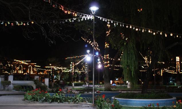 Weihnachtlich und heimelig leuchten die Straßen abends.