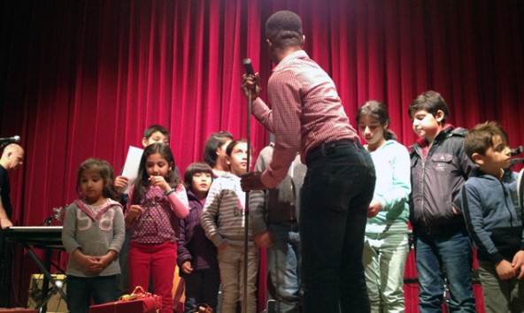 """""""Kling Glöckchen klingeling"""" sangen die Kinder unter der Anleitung von Maxwell und einigen Osttirolern."""