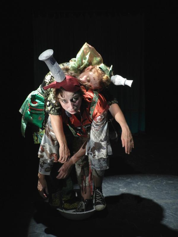 Das Mezzanin Theater aus Graz spielt mit Schauspielern und Puppen.