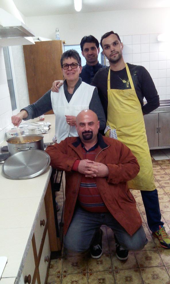 Maruan, Marion, Wisam und Kashef beim Kochen.