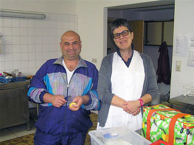 Maruan und Marion Steiner-Binder haben viel Spaß beim gemeinsamen Kochen.