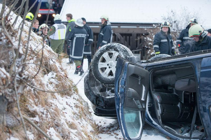 Nach dem Unfall blieb das Fahrzeug auf dem Dach liegen.