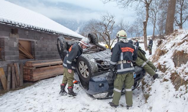 Der PKW war über eine zwei Meter hohe Mauer gestürzt. Fotos: Brunner Images