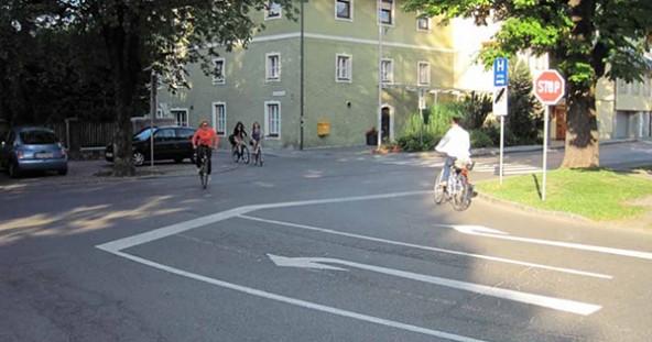 Beispiel Beda-Weber-Gasse: Hier führt kein Weg geradeaus – zum Radweg Richtung Iselkai.
