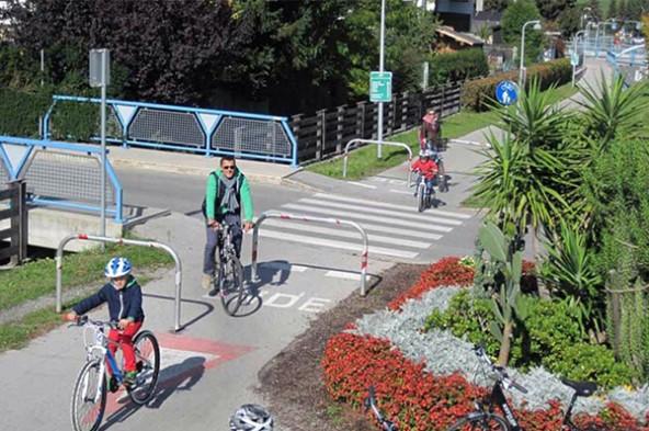 Slalomstrecken für Radfahrer, Vorrang für Pkw – eine gängige Situation in Lienz, wie die Kreuzung Brunnenweg zeigt.