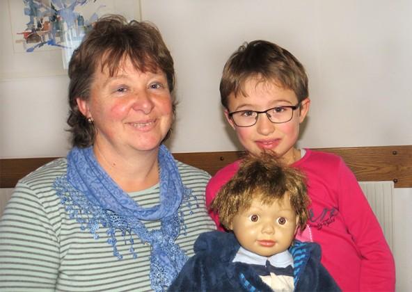 Das sind Irmgard Wibmer aus Obermauern, ihre siebenjährigen Tochter Melanie und Puppe Stefan. Foto: Evelin Gander