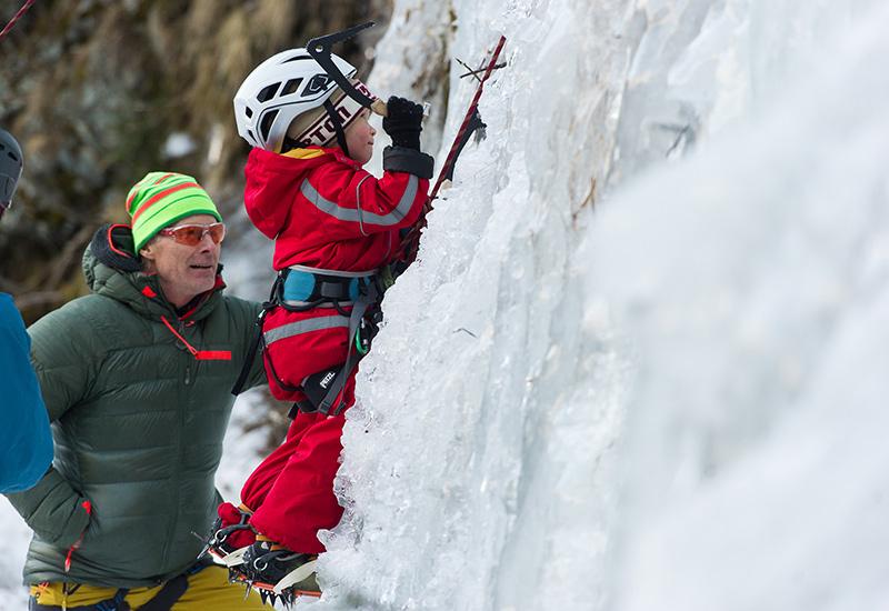 Ein ganz Großer und ein ganz Kleiner, der noch zur Eiskletter-Größe werden kann. Beat Kammerlander staunt, wie der erst vier Jahre alte Felix Kalser die Eiswand hochkraxelt.