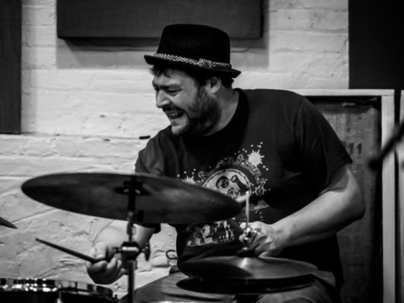 Der Jazz-Schlagzeuger Kresten Osgood arbeitet mit zahlreichen Spitzenmusikern zusammen, besonders gerne aber mit Martin Philadelphy.