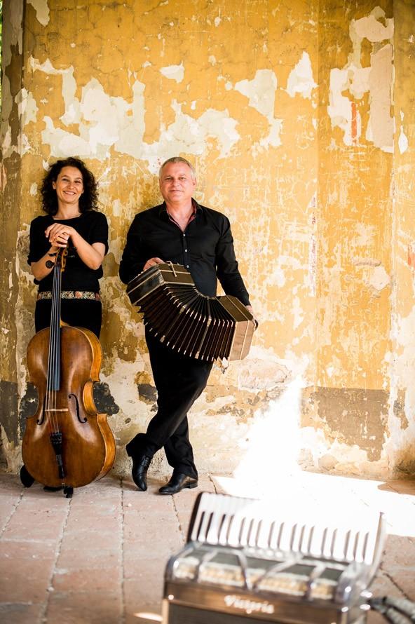 Die Cellistin Asja Valcic und der Akkordeonspieler Klaus Paier spielen am 15. Jänner in Lienz. Foto: Michael Reidinger