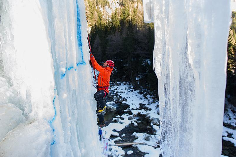 Tom Gaisbacher, bekannt für waghalsiges Skifahren, ist auch ein begeisterter Eiskletterer.