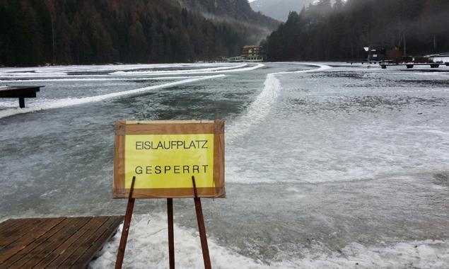 Pfützen machen das Eislaufen gefährlich. Erst wenn es kälter wird, wird der Eislaufplatz am Tristacher See wieder geöffnet. Foto: Stadt Lienz