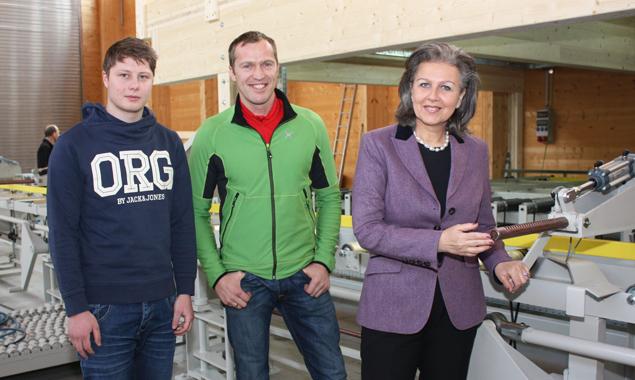 Wirtschaftslandesrätin Patrizia Zoller-Frischauf mit dem neuen Innovationsassistenten Daniel Hartlieb (li.) und Geschäftsführer Leonhard Unterrainer. Foto: Land Tirol