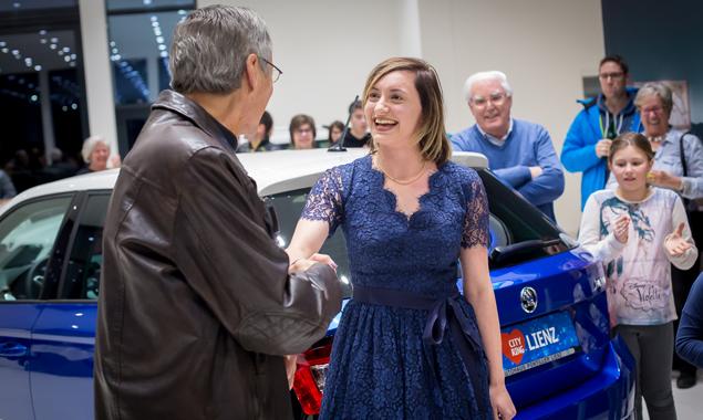 Ein dynamisches Gespann – Stefanie Wimmer und ihr blauer Skoda Fabia. (Foto: Brunner Images)