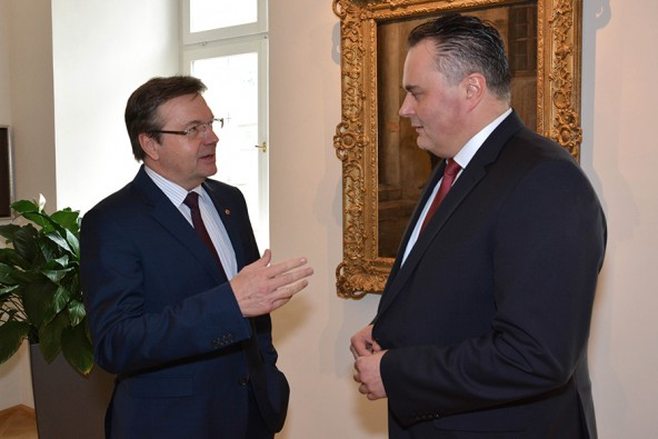 Landeshauptmann Günther Platter (links) setzt Verteidigungsminister Doskozil ins Bild. Foto: Land Tirol/Sax