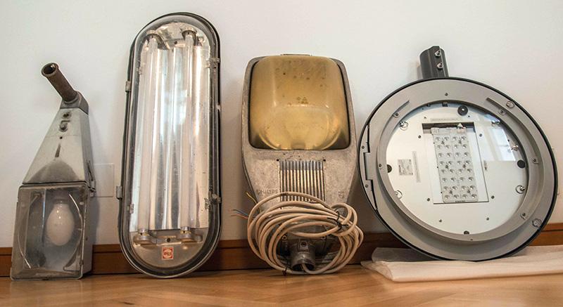 Drei Lampen, wie sie jetzt noch in Lienz verwendet werden und rechts außen das Zukunftsmodell.