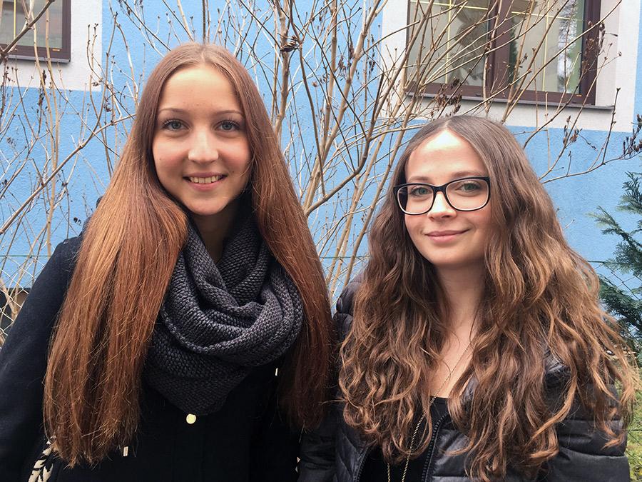 Anna Lukasser (links) und Carina Messner vom Ballkommitee des Lienzer Gymnasiums halten alle Argumente gegen die Tennishalle als Ball-Location für schwach und widerlegbar.