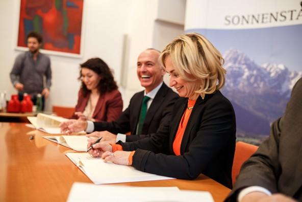 Einen 50-Millionen-Euro-Vertrag unterschreibt man nicht alle Tage, aber am besten kurz vor der Wahl. Elisabeth Blanik freut sich natürlich darüber.