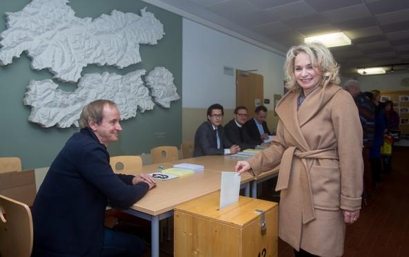 Bürgermeisterin Elisabeth Blanik bei der Stimmabgabe. Sie rechnet nicht vor 19.00 Uhr mit einem Ergebnis für Lienz.