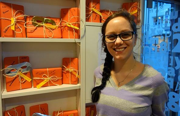 Praktikantin Julia Ladstätter gibt in der Stadtbücherei Lienz Rätsel auf und macht Lust auf Lesen.