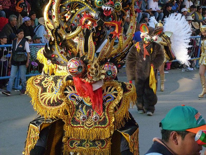 """Die """"Entrada"""" wird mit symbolträchtigen Tänzen zurückgelegt, manche sind indigenen Ursprungs, andere adaptieren vorkoloniale Rituale an christliches Gedankengut."""