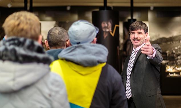 Hereinspaziert! Der Virger Bürgermeister begrüßt das Wahlvolk, das ihn im Amt bestätigt. Foto: Expa/JFK