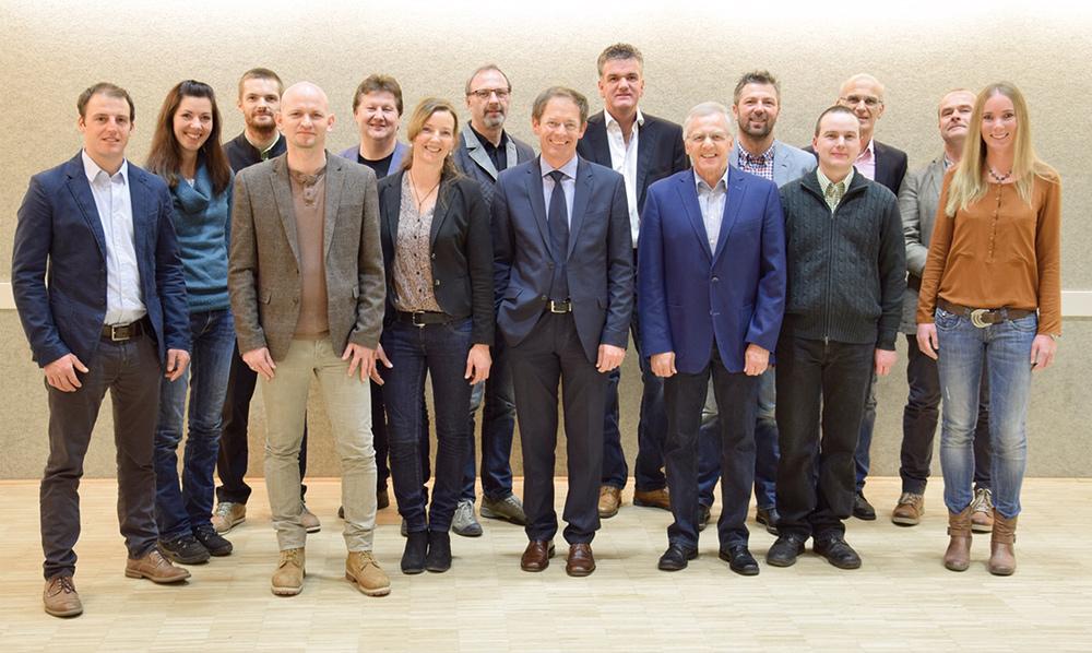 Mit diesem Team kämpft die ÖVP um Mandate in der Marktgemeinde Sillian. In der Mitte Spitzenkandidat Peter Duracher, rechts neben ihm der künftige Alt-Bürgermeister Erwin Schiffmann, der auf Platz 2 der Liste gereiht ist. Foto: Hofmann