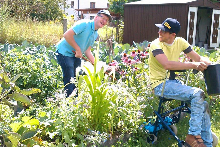 Damit im Garten der Lebenshilfe in Nußdorf-Debant auch heuer wieder alles üppig wächst und blüht, wird er am 18. März mit tatkräftiger Hilfe von Freiwilligen fit für den Anbau gemacht.